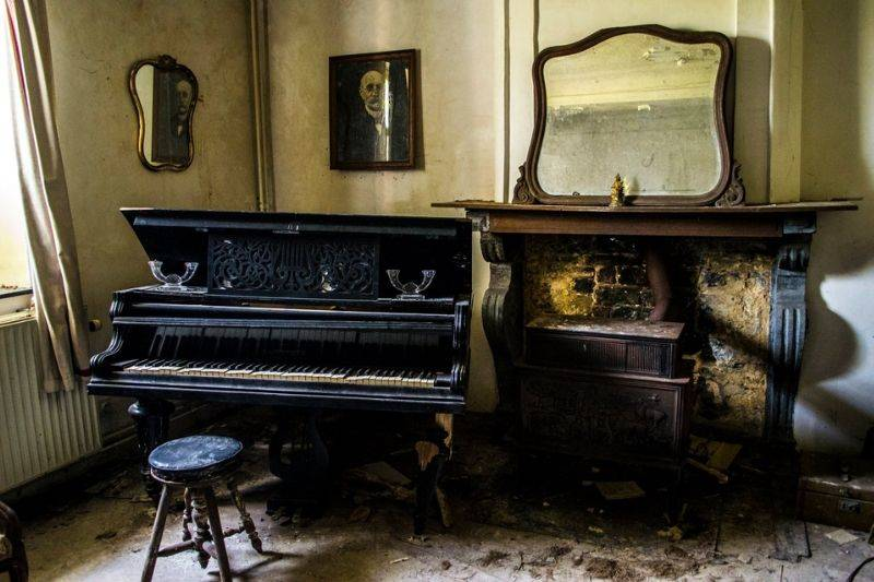 an old parlour room in an abanonded house