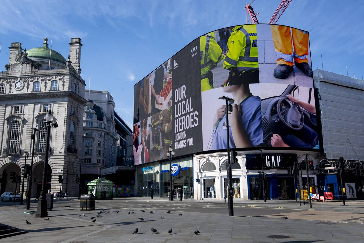 Photos of a deserted Piccadilly Circus