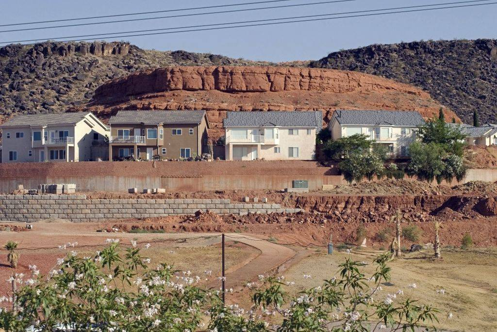 homes built along the mesas in Saint George, Utah