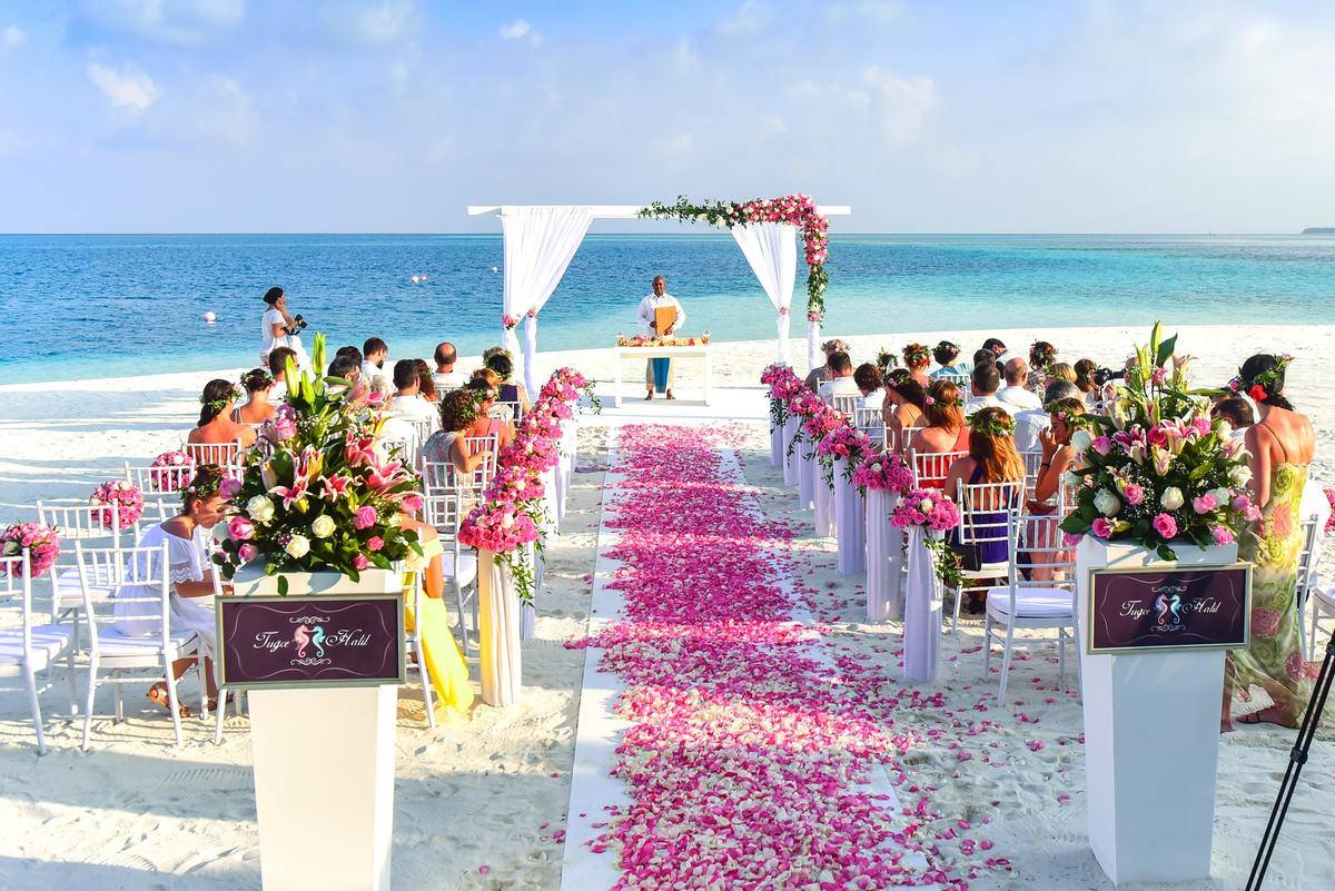 beach-wedding-ceremony-during-daytime