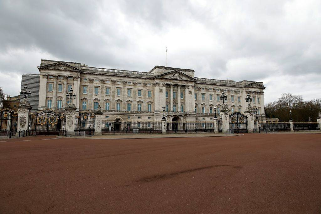 an empty road in front of buckingham palace in london, england