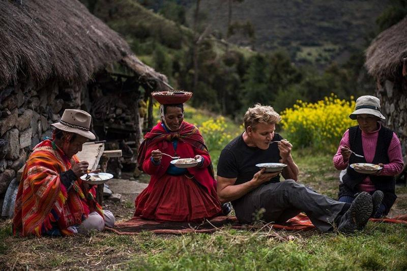 gordon ramsay eating with local peruvian women