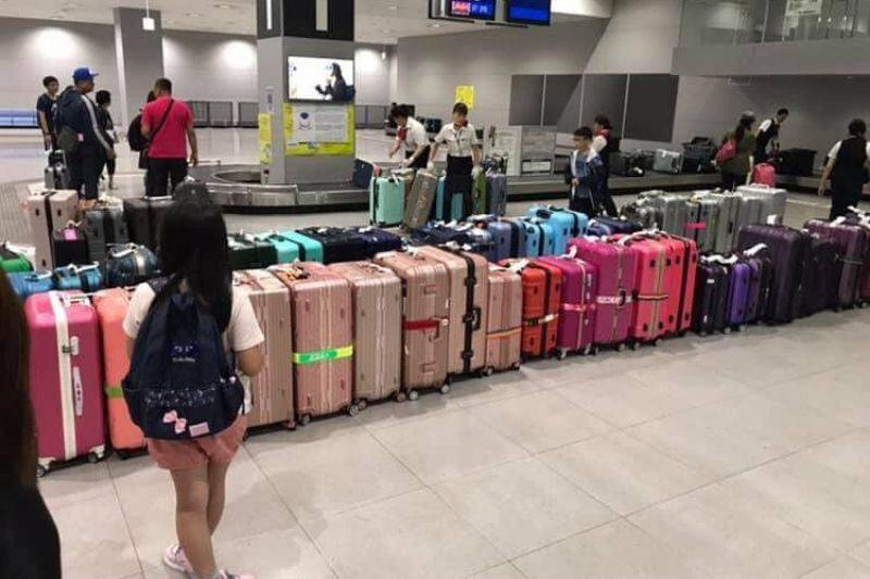 airport arranged luggage by color
