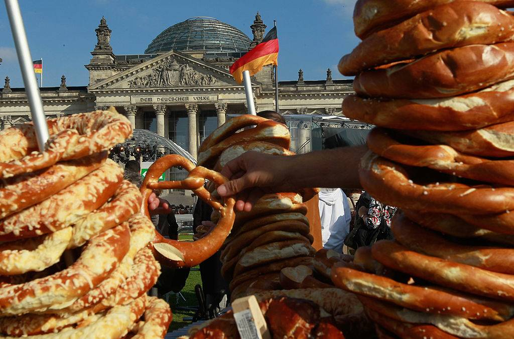 A man sells pretzels in front of the Reichstag in Germany