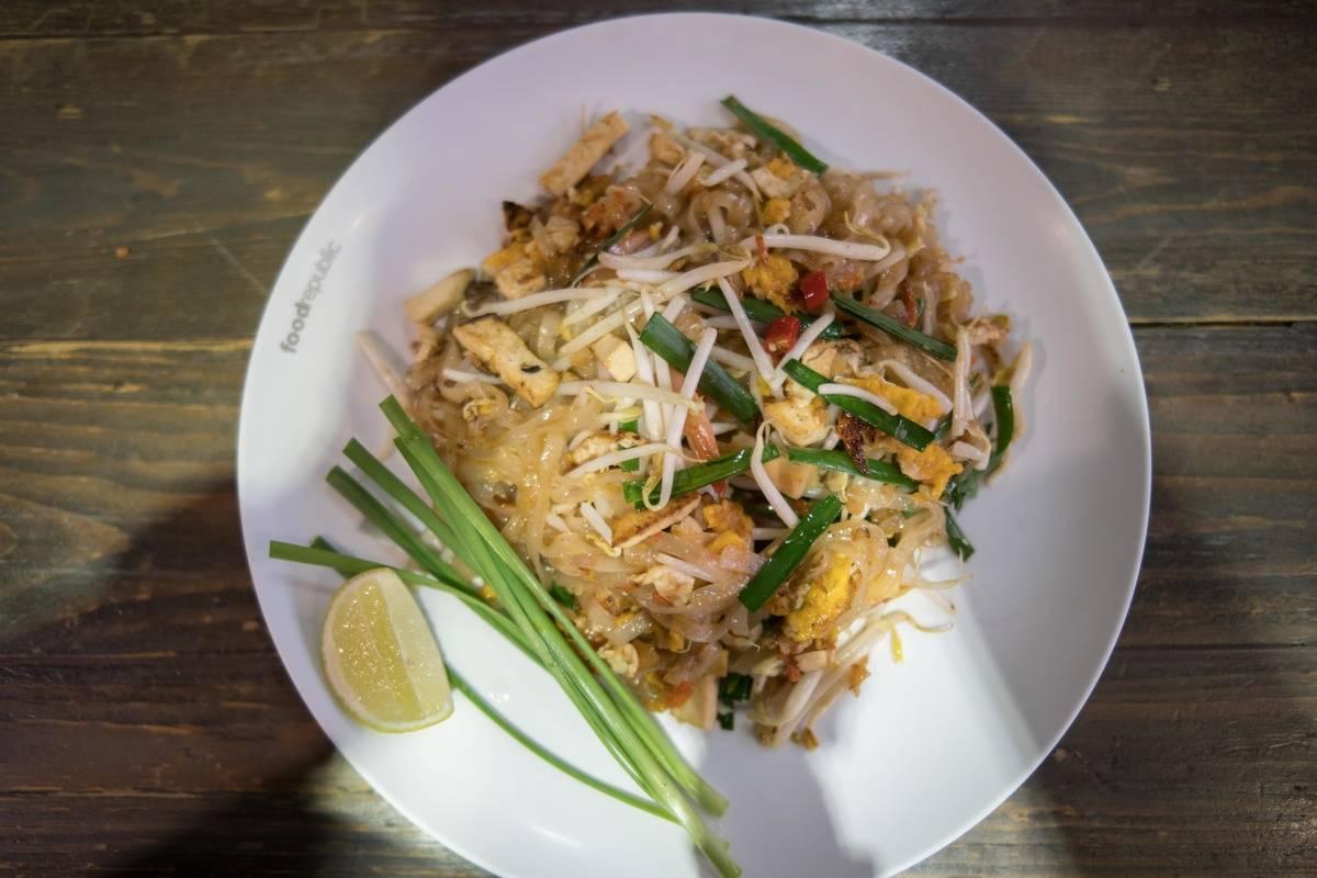 plate of pad thai