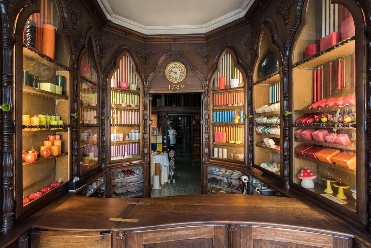 multicolored candels in a shop called caza das vellas loreto