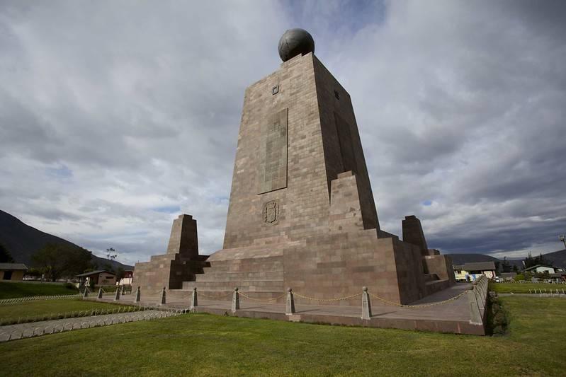 mitad del mundo monument equador