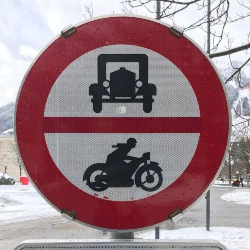 a sign telling you that cars and motorcycles can't drive