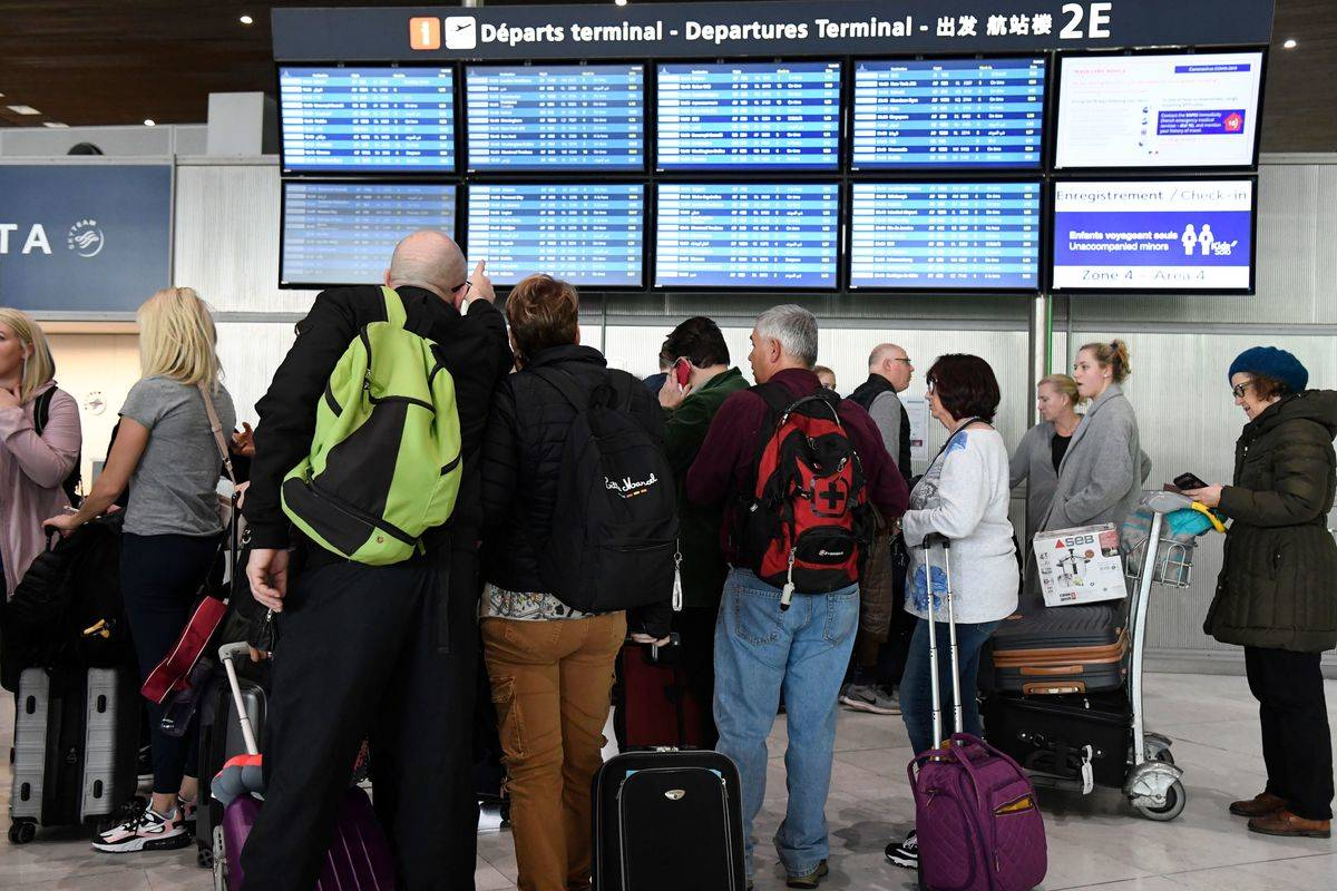 passengers at charles de gaulle queued up