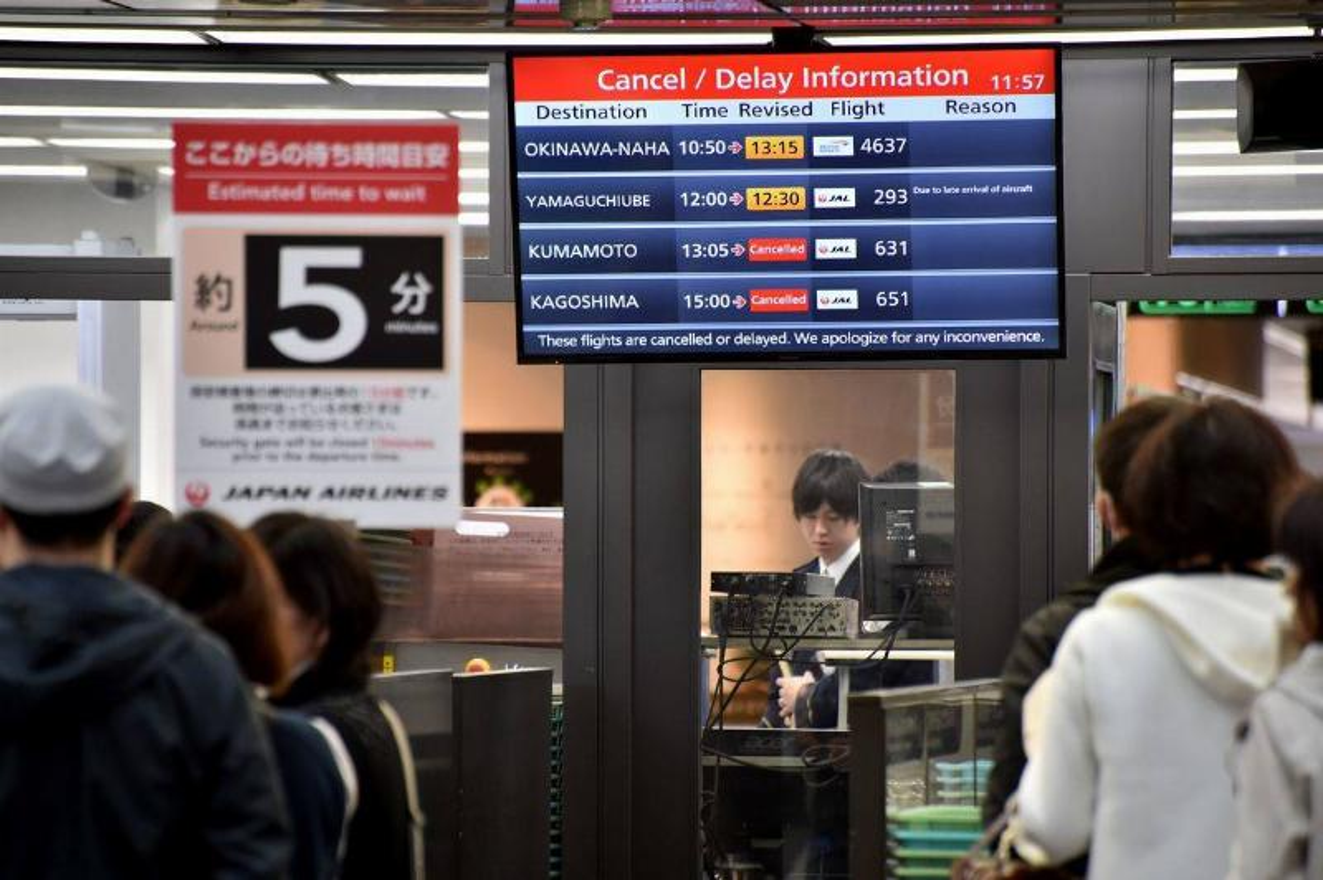 japan airlines flight delay board