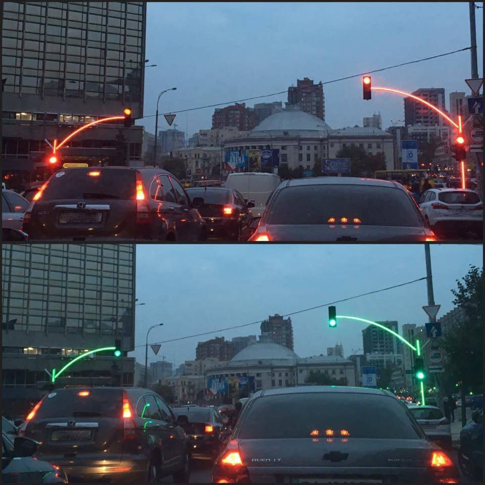 light poles that change color with the traffic lights