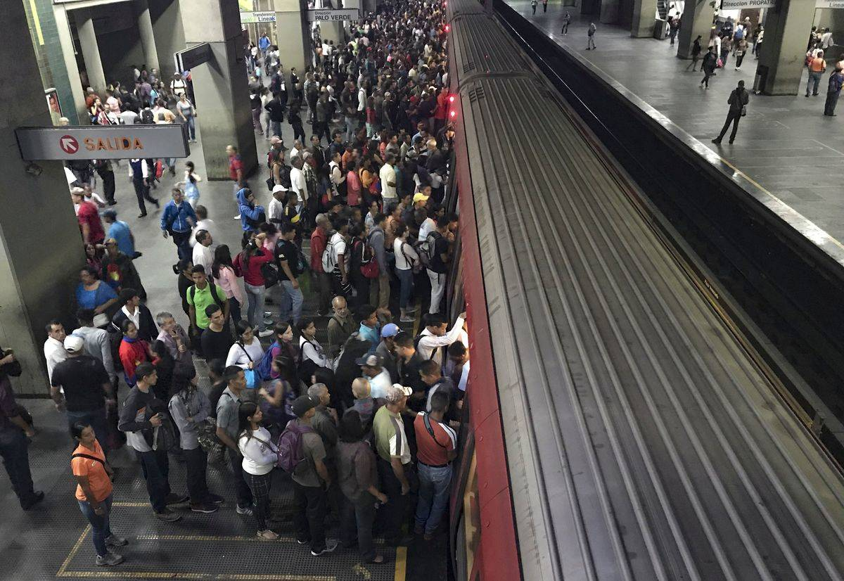 people getting on subway in caracas