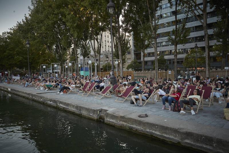 movie goers on the shores of paris watching cinema sur l'eau