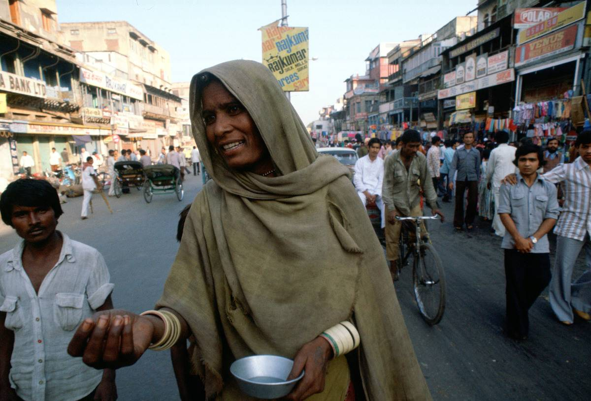 woman on streets begging in delhi