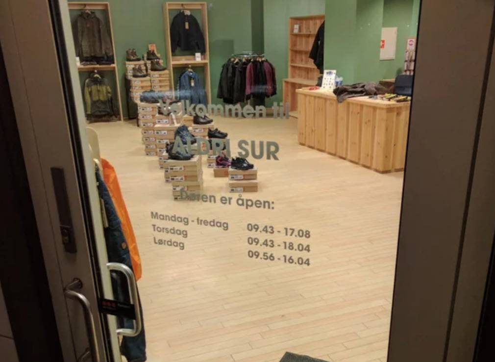 store with hours Monday to friday, 9:43 - 17:08, Saturday 9:43 - 18:04, and Sunday 9:56 - 16:04
