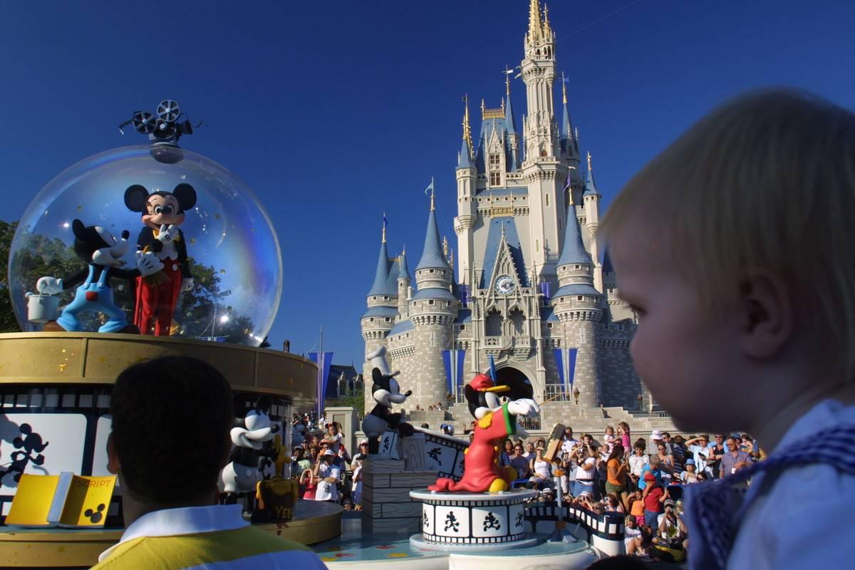 disney world mickey mouse main street usa parade