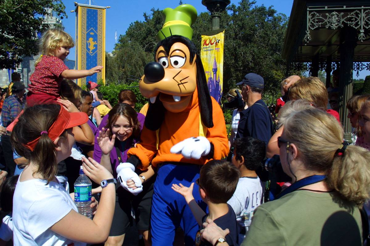 people meeting goofy at disney world