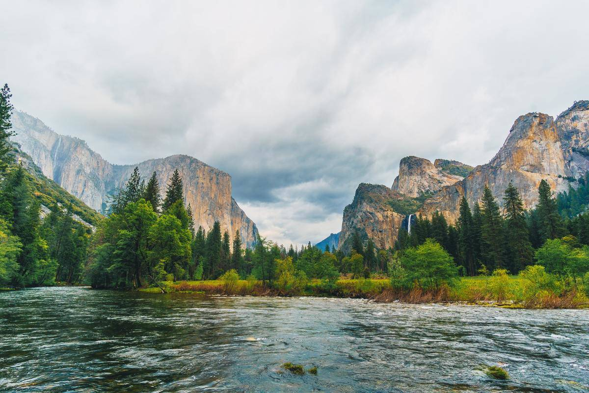 landscape photo of mountains and lake in yosemite national park