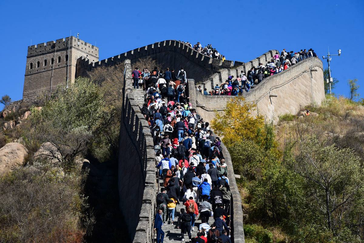 In 2018, 3,700 tourists climb the Badaling Great Wall.