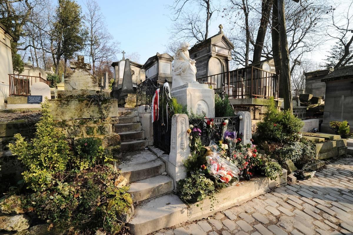 Frederic Chopin's grave is photographed at Cimetière du Père Lachaise.