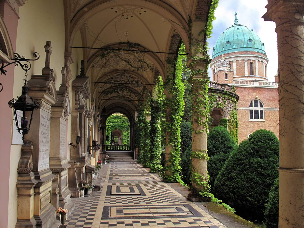 A photo shows a gallery in the cemetery of Mirogoj.