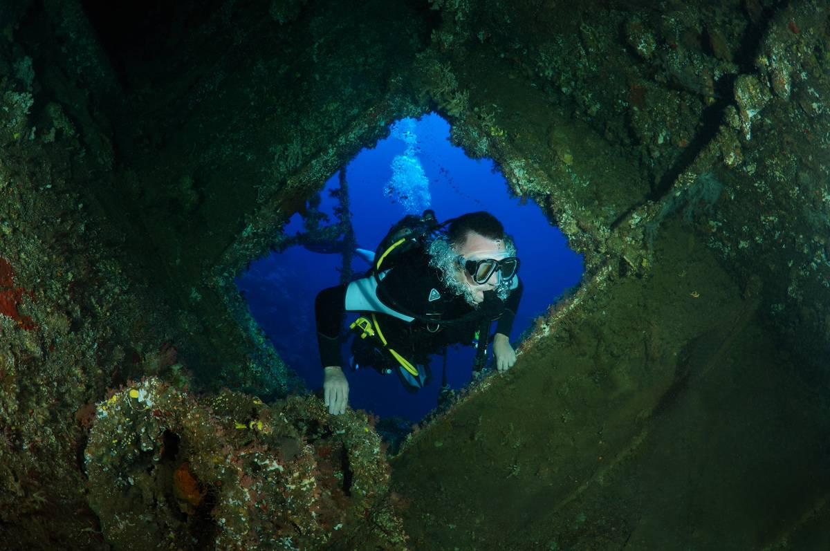 shipwreck-scuba-diver