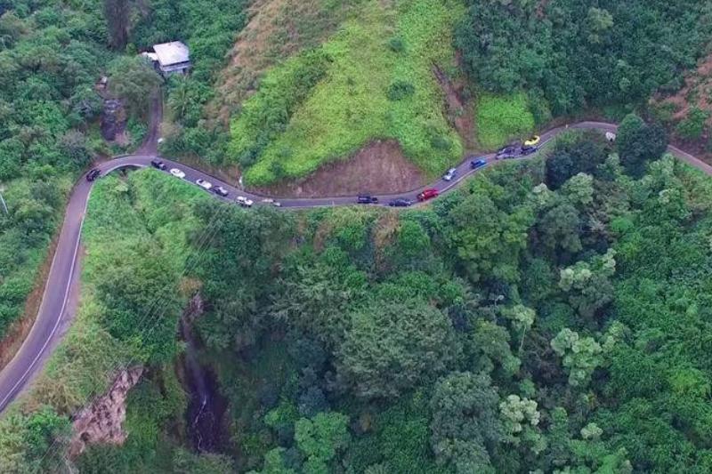 Cars drive along the Kahekili Hwy. in Maui.