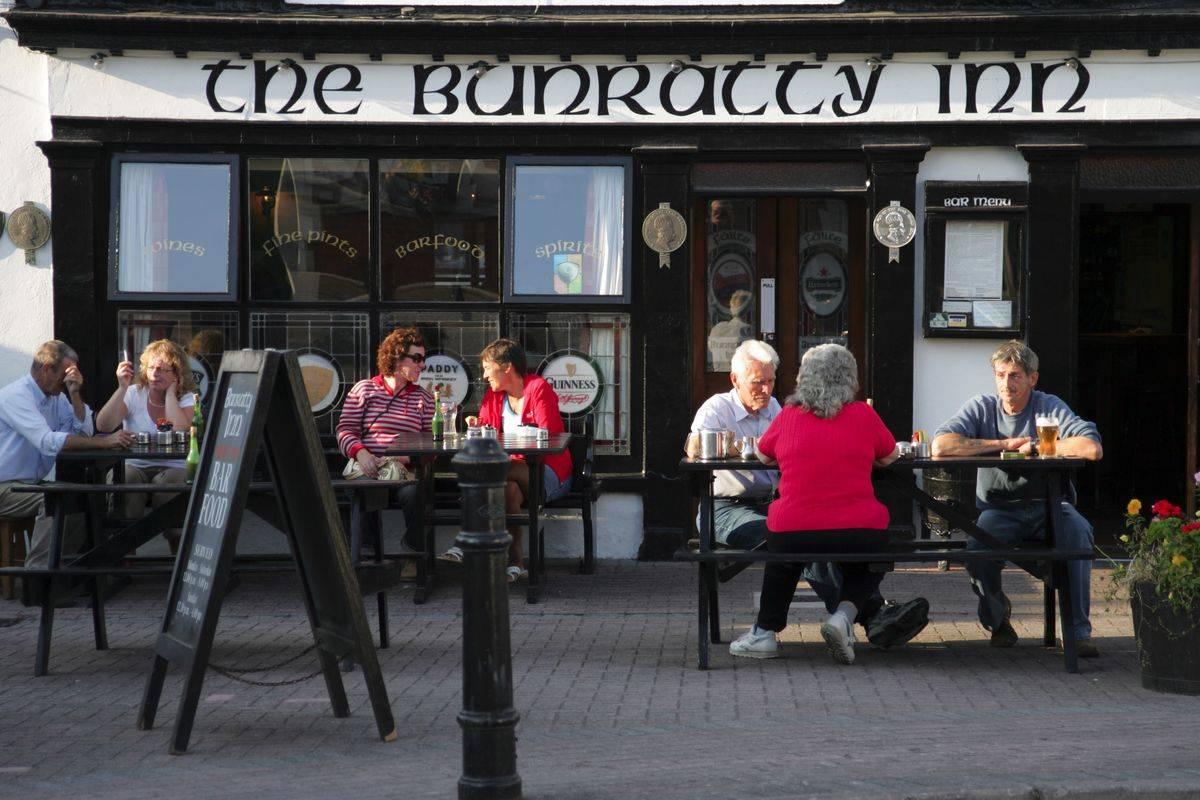 Ireland Cork Schull The Bunratty Inn exterior pub bar restaurant Irish Pub