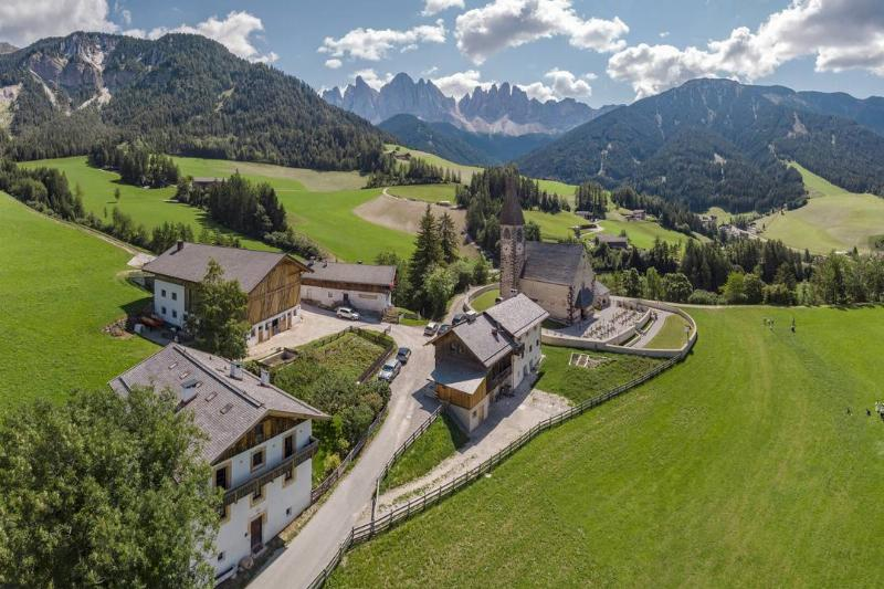 The Villnoss valley and the view towards the Geisler Gruppe mountains, Sankt Magdalena - Santa Maddalena Alta, , Sudtirol - Alto Adige, Italy